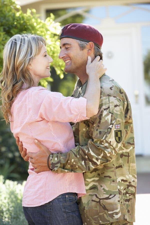 Militair Returning Home And door Vrouw wordt begroet die royalty-vrije stock foto