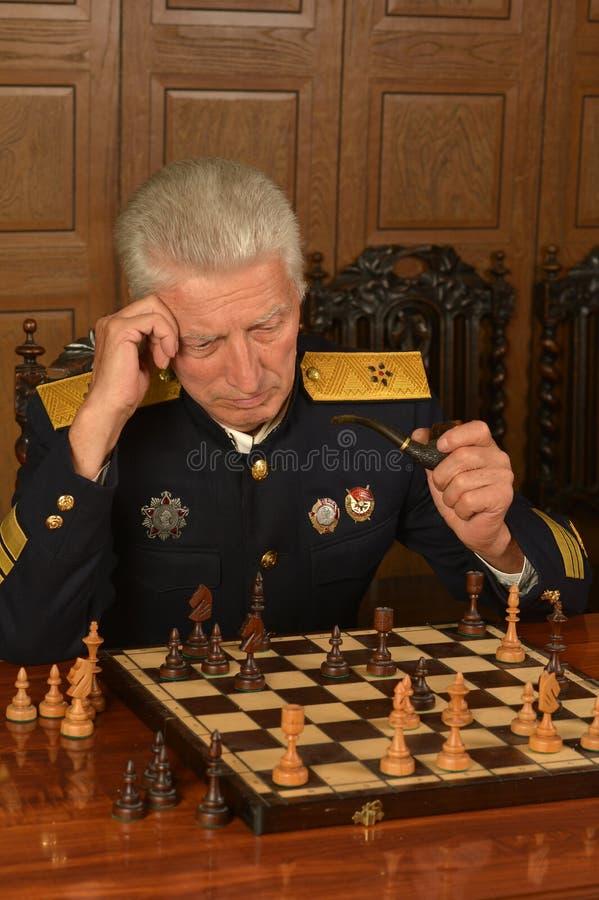 Militair rijp algemeen het spelen schaak royalty-vrije stock afbeeldingen