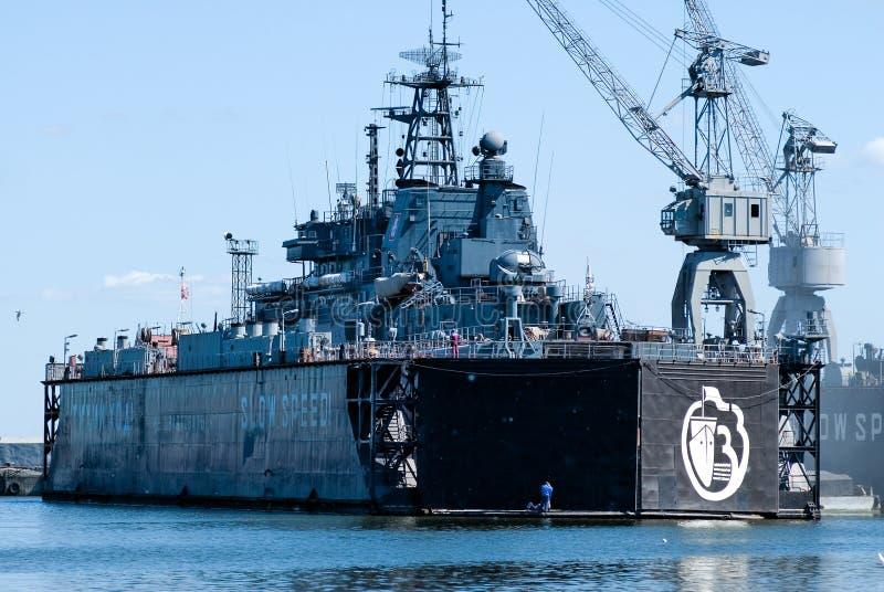 Militair schip in Baltiysk-droogdok stock afbeelding