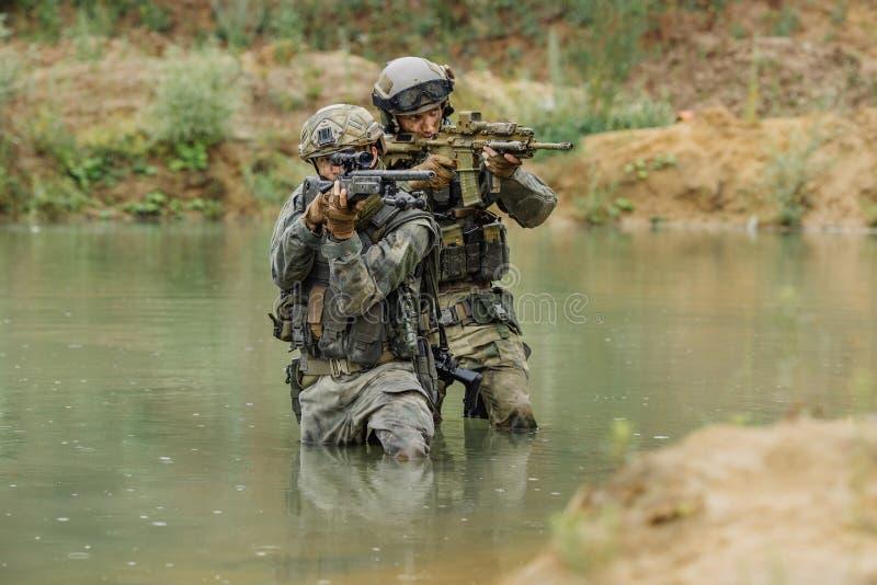 Militair team die de rivier kruisen onder brand royalty-vrije stock foto