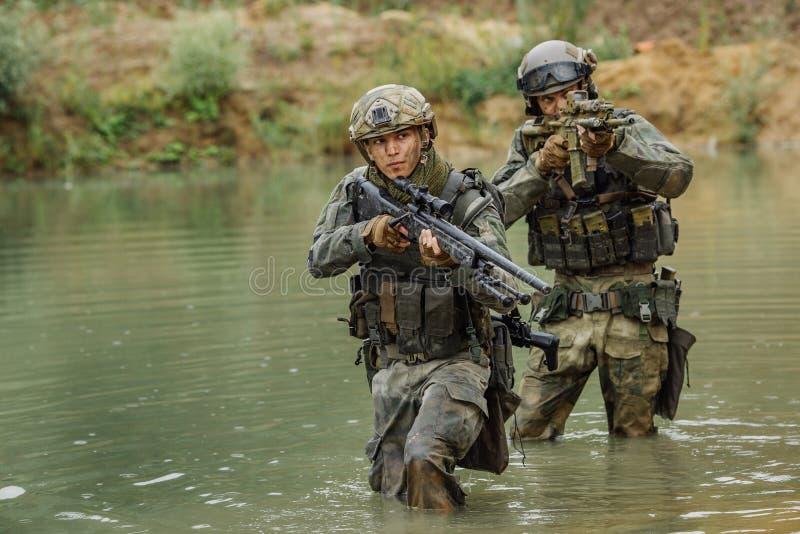 Militair team die de rivier kruisen onder brand royalty-vrije stock foto's