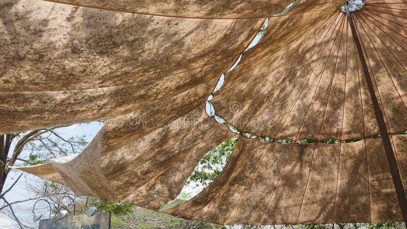 Militair tent of kamp tijdens hete zonnige dag stock afbeelding