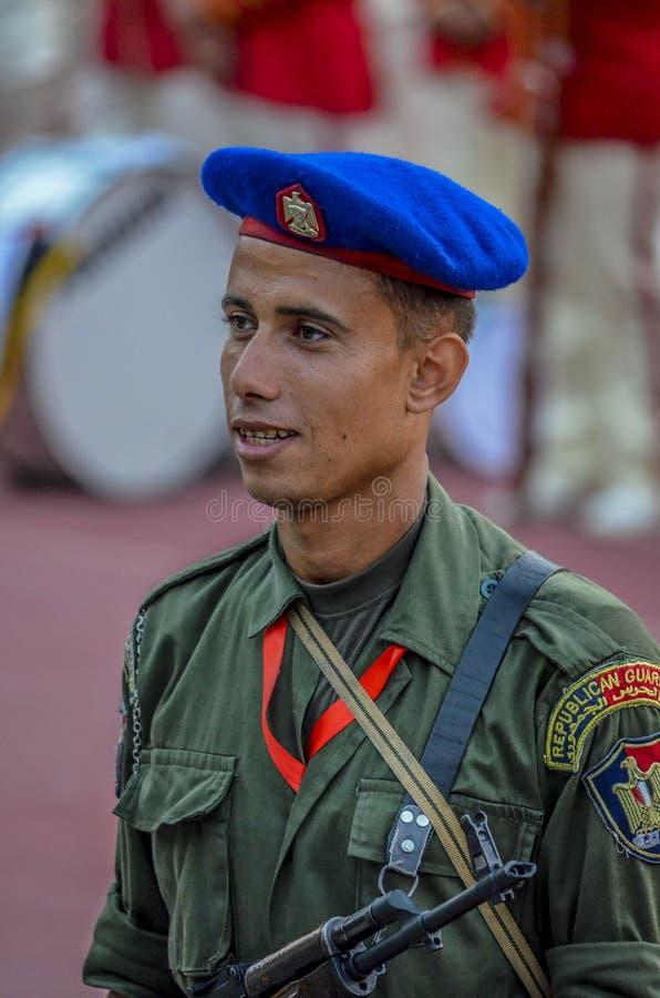 Militair van Egyptische Republikeinse Wacht in het stadion van Kaïro - Egypte stock foto's