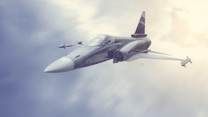 Militaire bommenwerper of vechter die in de wolken of de rook vliegen stock foto's