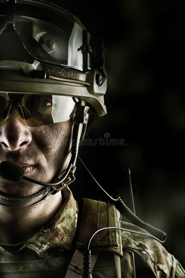 Militaire dans le casque de port de camouflage, verres, poste radio photos stock