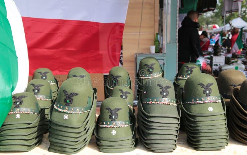 Militaire die hoeden tijdens een militaire Italiaanse nationale vergadering, Italië worden getoond stock foto's