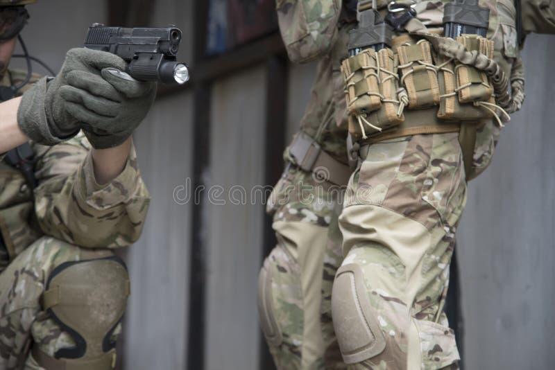 Militaire eenvormig en wapens stock fotografie