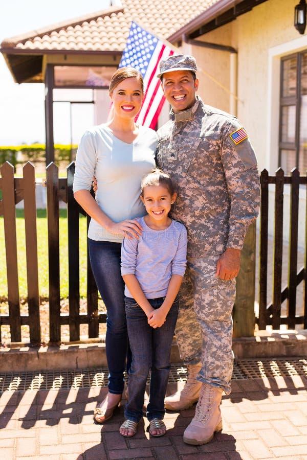 Militaire familie die zich verenigen stock afbeeldingen