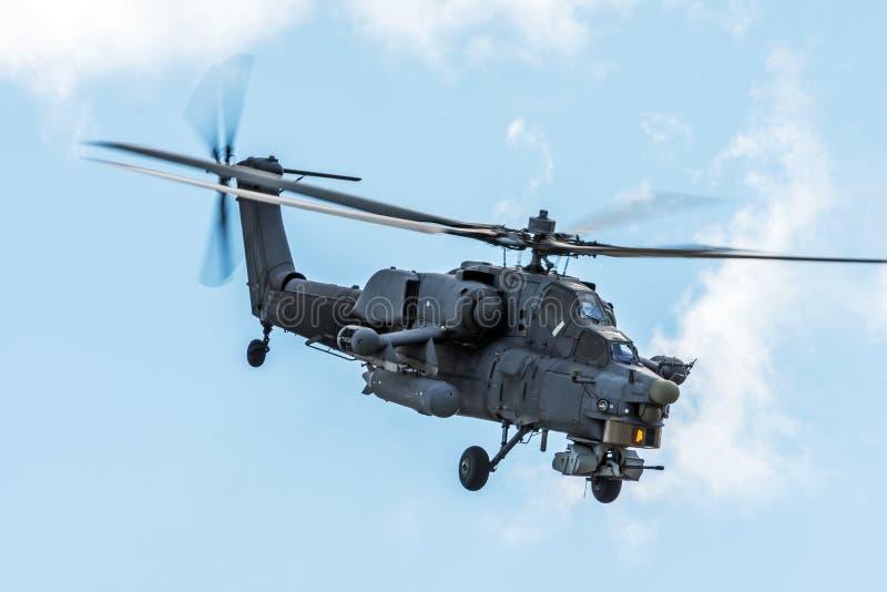 Militaire helikopter in de hemel op een gevechtsopdracht met wapens stock afbeelding