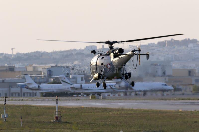 Militaire helikopter die in de avond opstijgen stock foto