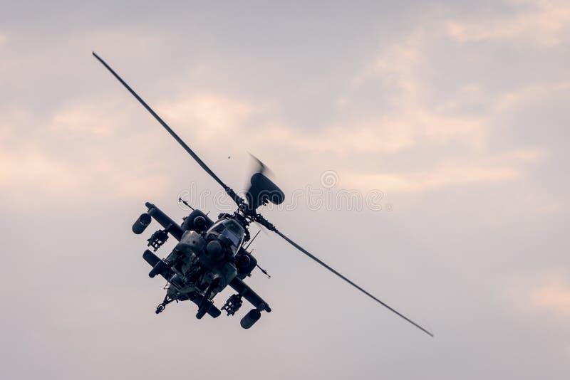 Militaire helikopter tijdens de vlucht royalty-vrije stock afbeeldingen