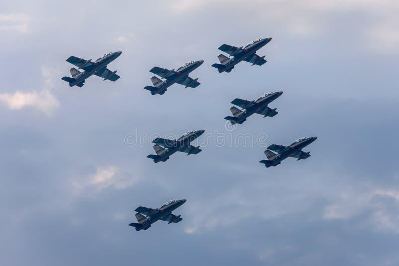 Militaire helikopter tijdens de vlucht stock afbeeldingen
