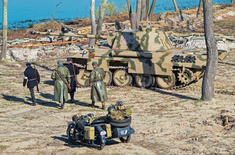 Militaire historische wederopbouw van Wereldoorlog II stock afbeeldingen