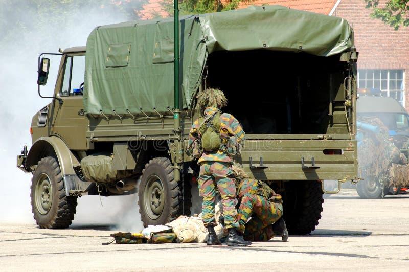 Militaire interventie, verwond soldeersel. stock fotografie