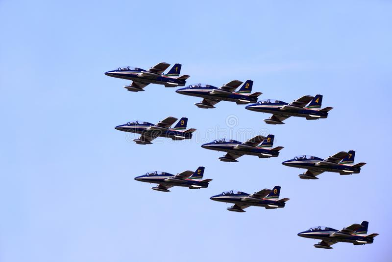 Militaire luchtmachtbasis Cameri, het Italiaanse acrobatische team 'Frecce Tricolori 'tijdens een airshow stock foto