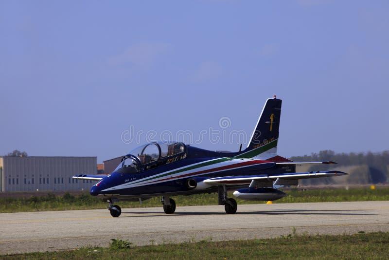 Militaire luchtmachtbasis Cameri, het Italiaanse acrobatische team 'Frecce Tricolori 'tijdens een airshow stock afbeelding