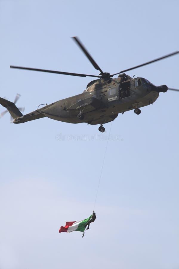 Militaire luchtmachtbasis Cameri, het Italiaanse acrobatische team 'Frecce Tricolori 'tijdens een airshow royalty-vrije stock foto