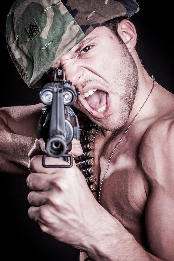 Militaire Mens die Kanon schieten royalty-vrije stock fotografie
