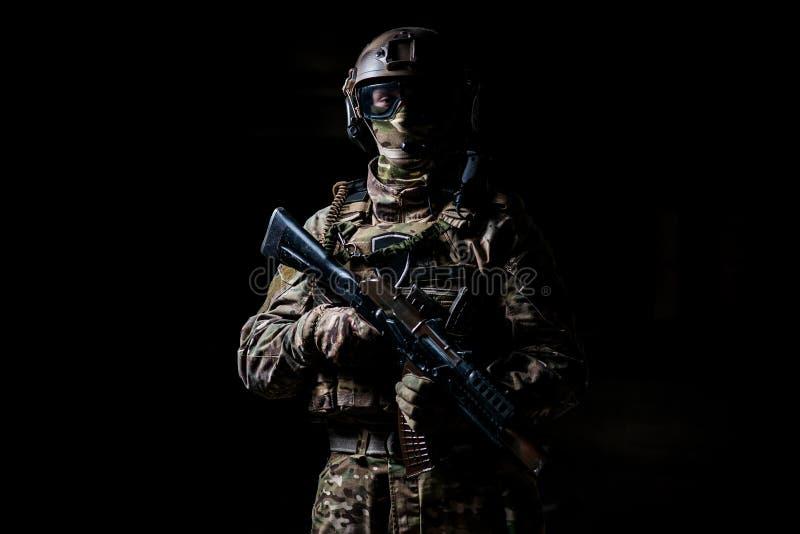 Militaire mens in een masker en met een machinepistool stock foto