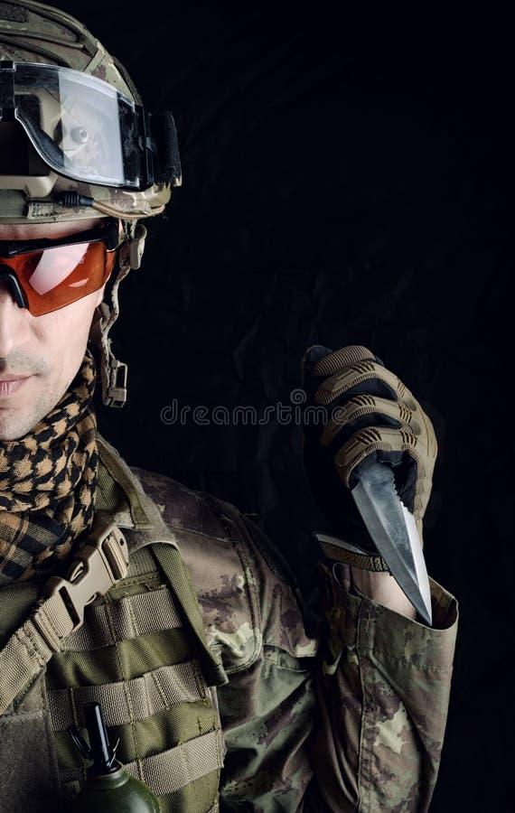 Militaire mens met een scherp staalmes in zijn hand stock foto's