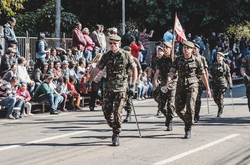 Militaire mensen die bij de viering van de 119 jaar paraderen van stock afbeeldingen