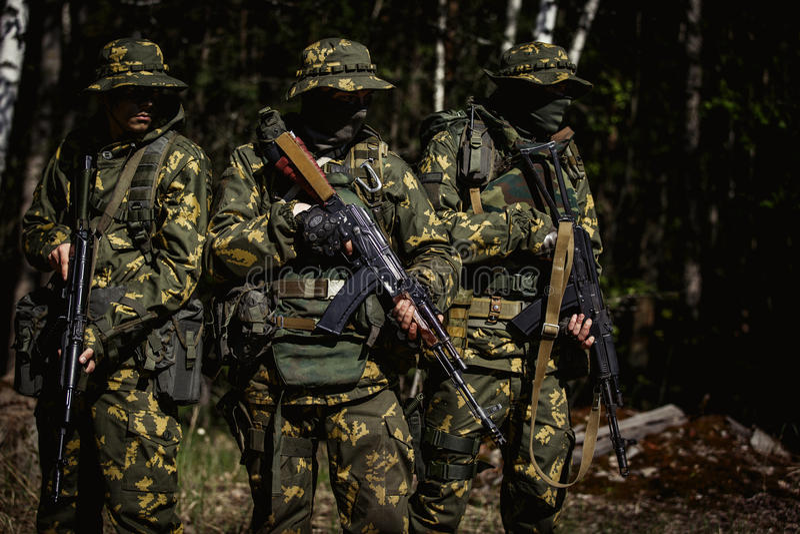 Militaire mensen met machinepistool royalty-vrije stock fotografie