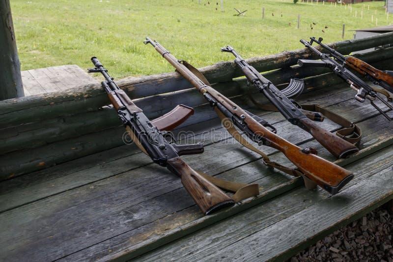 Militaire opleiding het wapen is bij klaar machinegeweren, geweren, en machinegeweren alle verschillende era's royalty-vrije stock afbeeldingen