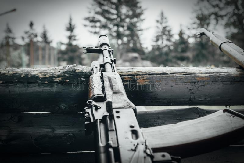 Militaire opleiding het wapen is bij klaar machinegeweren, geweren, en machinegeweren alle verschillende era's stock foto