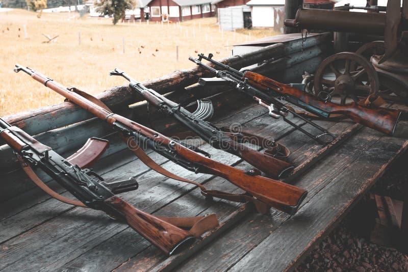 Militaire opleiding het wapen is bij klaar machinegeweren, geweren, en machinegeweren alle verschillende era's royalty-vrije stock foto