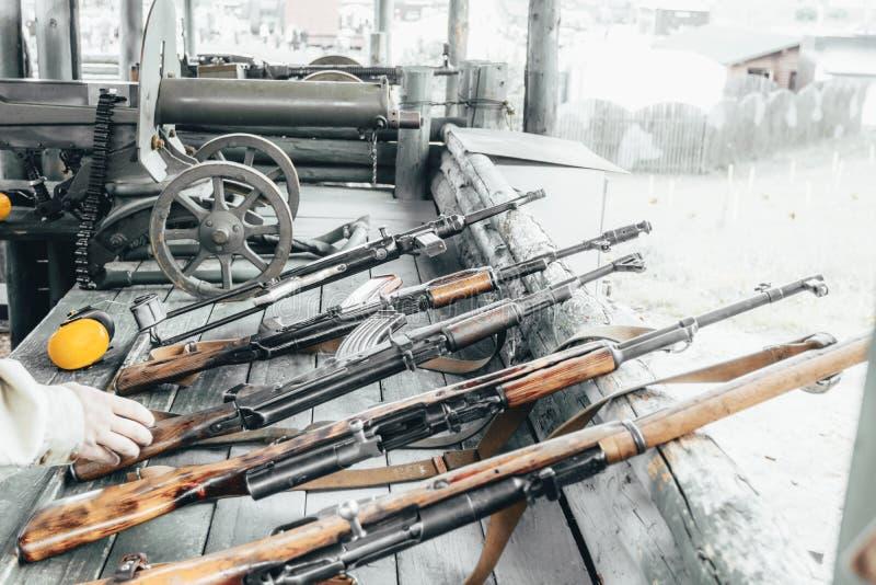 Militaire opleiding het wapen is bij klaar machinegeweren, geweren, en machinegeweren alle verschillende era's stock fotografie