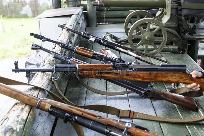 Militaire opleiding het wapen is bij klaar machinegeweren, geweren, en machinegeweren alle verschillende era's royalty-vrije stock fotografie
