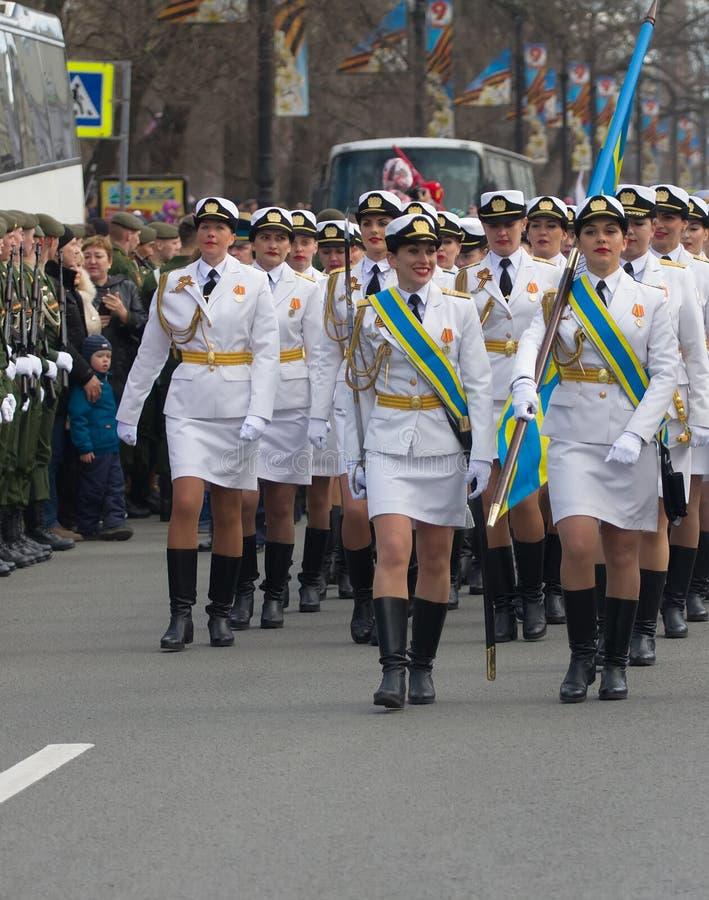Militaire parade en meisjes als leden van strijdkrachten en politie stock fotografie