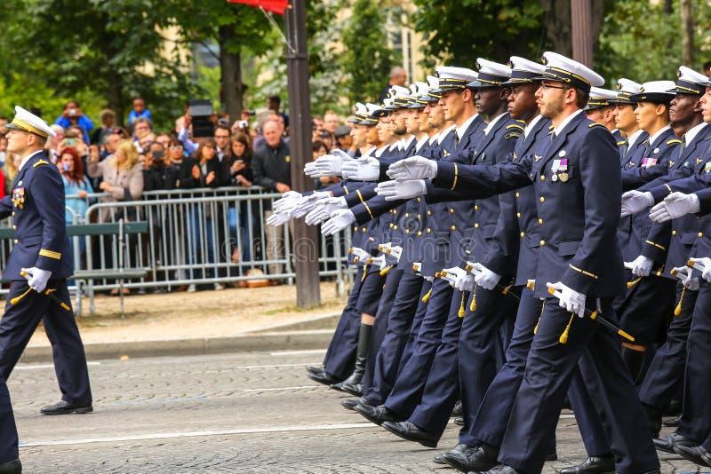 Militaire parade (vervuil) tijdens plechtig van Franse nationale dag, de weg van Champs Elysee stock foto's