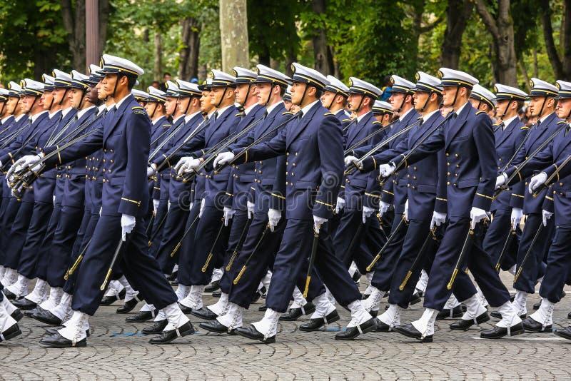 Militaire parade (vervuil) tijdens plechtig van Franse nationale dag, de weg van Champs Elysee royalty-vrije stock afbeelding