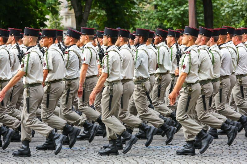 Militaire parade (vervuil) tijdens plechtig van Franse nationale dag, de weg van Champs Elysee royalty-vrije stock fotografie
