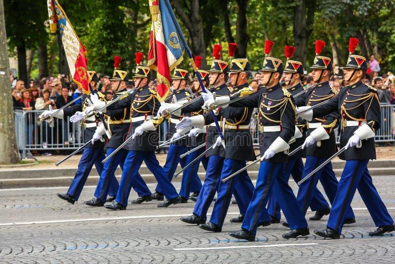 Militaire parade (vervuil) tijdens plechtig van Franse nationale dag, de weg van Champs Elysee stock foto