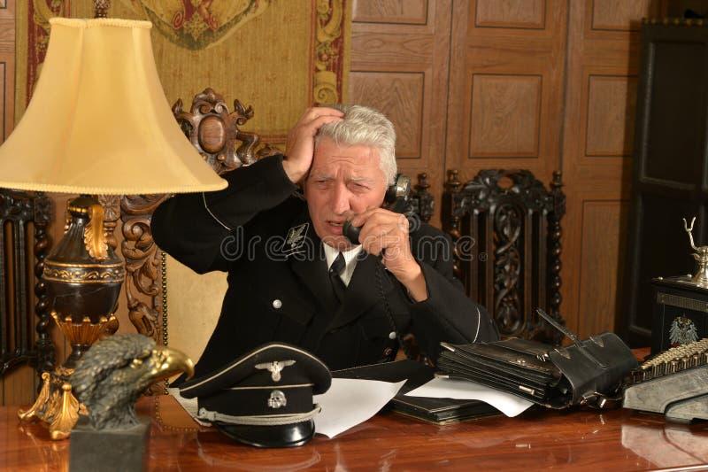 Militaire rijpe algemene vraag op de telefoon royalty-vrije stock foto