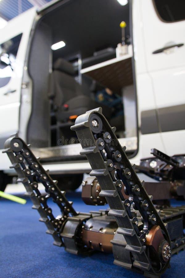 Militaire robot voor ontdekking en het zoeken op de afstandsbediening - bewegingen de manipulators stock afbeelding