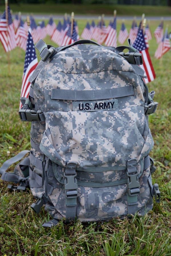 Militaire rugzak en Amerikaanse vlaggen royalty-vrije stock afbeeldingen