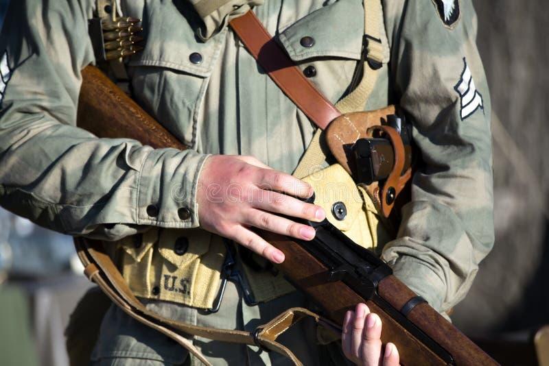 Militaire 101ste afdeling in de lucht met geweer in ww2 royalty-vrije stock foto's