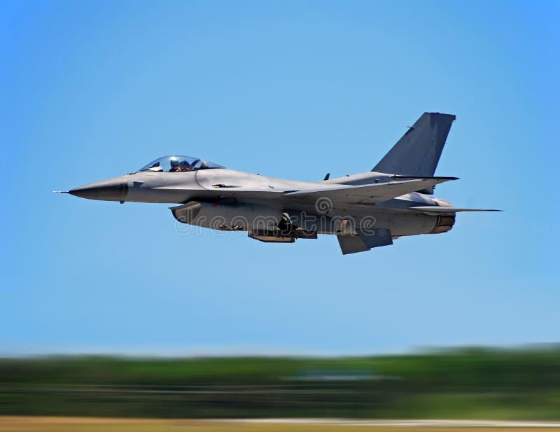 Militaire straalvechter tijdens de vlucht royalty-vrije stock fotografie