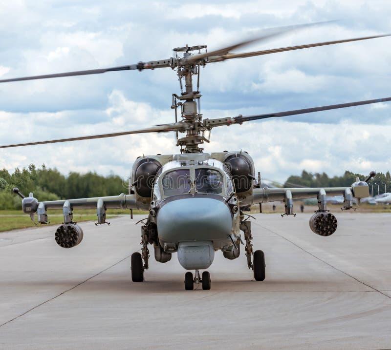 Militaire taxis van de gevechtshelikopter op het leidingsspoor royalty-vrije stock afbeeldingen