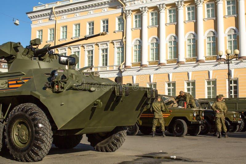 Militaire uitrusting dichtbij Paleisvierkant wordt opgesteld als voorbereiding op de militaire parade op 9 Mei dat royalty-vrije stock foto's
