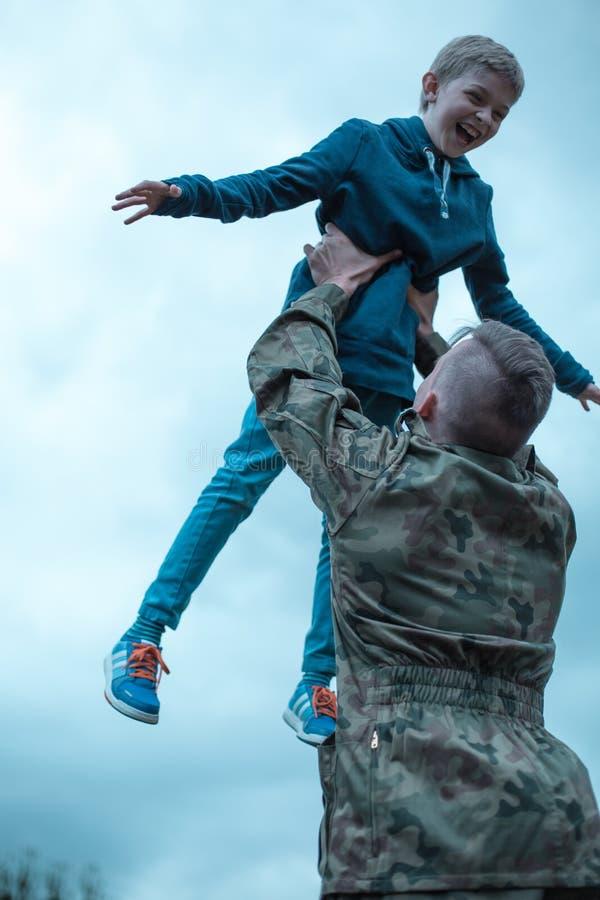 Militaire vader die huis terugkeren stock fotografie