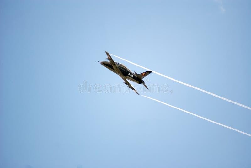 Militaire vliegtuig acrobatische oefening stock afbeelding