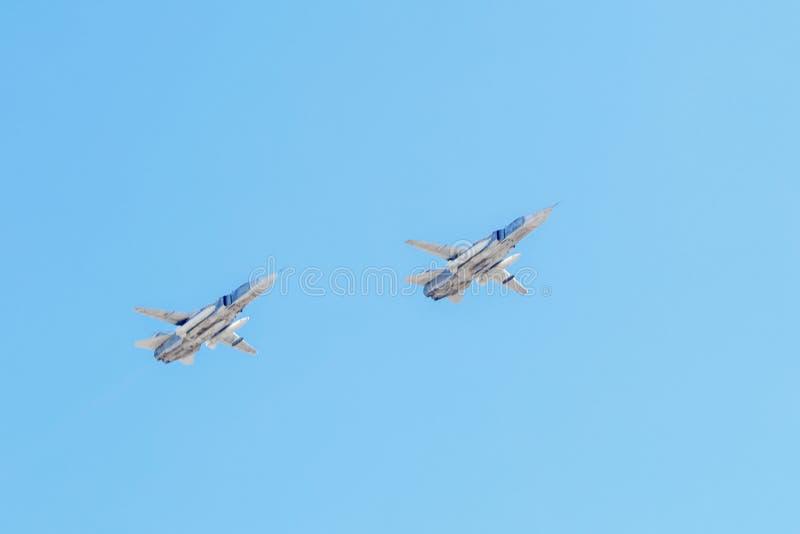Militaire vliegtuigen die in de blauwe hemel een paar vliegen royalty-vrije stock afbeeldingen