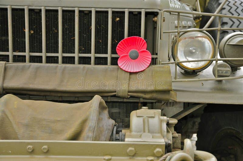 Militaire Vrachtwagen met Papaverbloem royalty-vrije stock fotografie