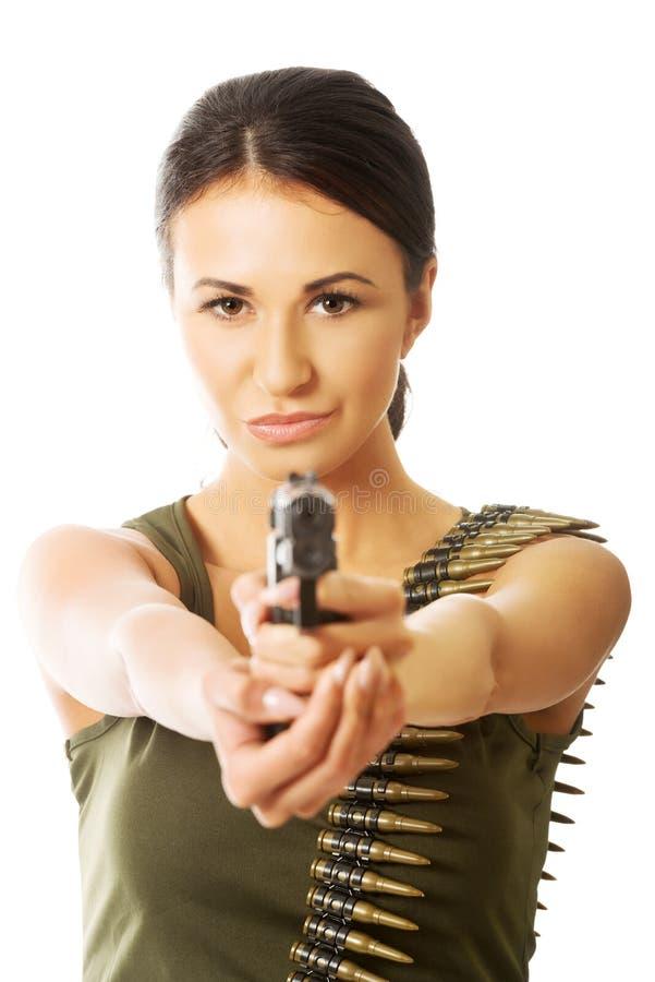 Militaire vrouw die kogel riem en het schieten dragen stock foto
