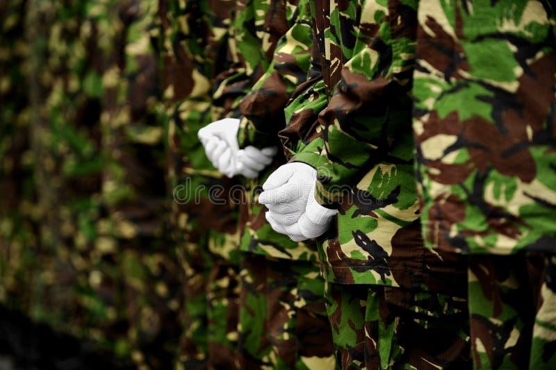 Militairen in camouflage eenvormig met handen achter ruggen royalty-vrije stock foto