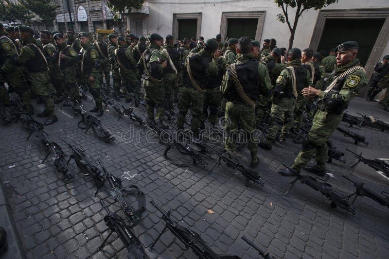 Militairen in de straat stock afbeeldingen